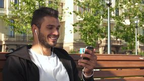 Ένας εύθυμος τύπος απαντά σε μια τηλεοπτική κλήση στο τηλέφωνο στοκ εικόνα