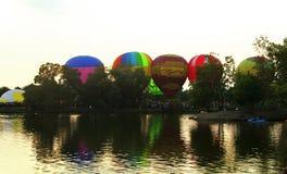 Ένας ζεστός αέρας baloon που αρχίζει να πετά στον ουρανό βραδιού Στοκ Εικόνα