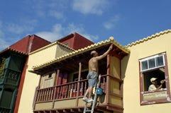 Ένας ζωγράφος χρωματίζει ένα σπίτι σε Santa Cruz Στοκ φωτογραφία με δικαίωμα ελεύθερης χρήσης