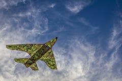 Ένας ζωηρόχρωμος ικτίνος που πετά στα σύννεφα Στοκ εικόνες με δικαίωμα ελεύθερης χρήσης