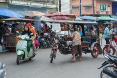 Ένας ηληκιωμένος που προσπαθεί να οδηγήσει το τρίκυκλό του στο δρόμο κοντά σε τοπικό FR στοκ φωτογραφίες με δικαίωμα ελεύθερης χρήσης
