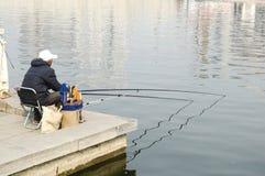 Ένας ηληκιωμένος που αλιεύει σε Haihe Στοκ Εικόνες