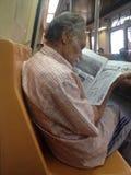 Ένας ηληκιωμένος που διαβάζει την εφημερίδα Στοκ φωτογραφίες με δικαίωμα ελεύθερης χρήσης