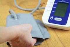 Ένας ηλικιωμένοι πρεσβύτερος/μια γυναίκα προετοιμάζει τη μέτρηση της πίεσης του αίματος από το electr Στοκ φωτογραφία με δικαίωμα ελεύθερης χρήσης
