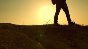 Ένας θαρραλέος άτομο-ταξιδιώτης, που αναρριχείται στην κορυφή ενός βουνού, που περπατά κατά μήκος μιας πορείας κατά μήκος μιας επ απόθεμα βίντεο