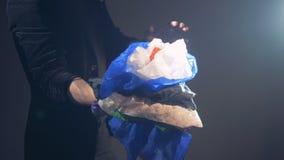 Ένας θαυματοποιός παρουσιάζει ένα τέχνασμα με πολλά μαντίλι που εμφανίζονται το ένα μετά το άλλο απόθεμα βίντεο