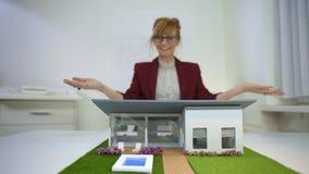 Ένας θηλυκός αρχιτέκτονας που παρουσιάζει σας έναν πρότυπο house φιλμ μικρού μήκους