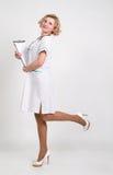 Ένας θηλυκός γιατρός με μια γραμματοθήκη Στοκ φωτογραφία με δικαίωμα ελεύθερης χρήσης