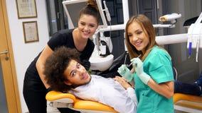Ένας θηλυκός οδοντίατρος και η υπομονετική τοποθέτησή της για έναν πυροβολισμό φωτογραφιών απόθεμα βίντεο