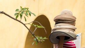 Ένας θηλυκός πλανόδιος πωλητής καπέλων στην Καρχηδόνα Στοκ Φωτογραφία