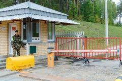 Ένας θηλυκός συνοριακός φύλακας ελέγχει τα έγγραφα Στοκ εικόνα με δικαίωμα ελεύθερης χρήσης
