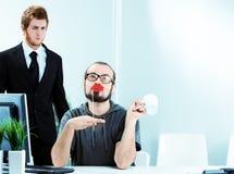 Ένας θηλυπρεπής εργαζόμενος γραφείων αρσενικών που φορά το κραγιόν Στοκ Εικόνες