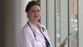 Ένας θηλυκός γιατρός, με την καφετιά τρίχα φιλμ μικρού μήκους