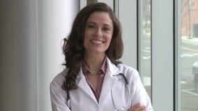 Ένας θηλυκός γιατρός brunette απόθεμα βίντεο