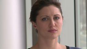 Ένας θηλυκός επαγγελματίας, με την καφετιά τρίχα απόθεμα βίντεο