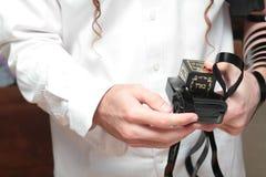 Ένας θρησκευτικός ορθόδοξος Εβραίος με το βραχίονας-tefillin στο αριστερό χέρι του προσεύχεται το Α που το εβραϊκό άτομο προετοιμ Στοκ φωτογραφίες με δικαίωμα ελεύθερης χρήσης