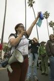 Ένας διαμαρτυρόμενος γυναικών με χειρονομίες τις δυνατές ομιλητών με το βραχίονά της στο πλήθος σε μια πολεμική αντι-Ιράκ διαδήλω Στοκ Φωτογραφίες