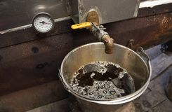 Ένας κάδος του φρέσκου σιροπιού σφενδάμνου σε μια καλύβα ζάχαρης του Νιού Χάμσαιρ Στοκ φωτογραφίες με δικαίωμα ελεύθερης χρήσης