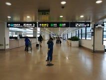 Ένας καθαριστής που καθαρίζει το πάτωμα στο διεθνή αερολιμένα Pudong Στοκ Φωτογραφία