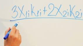 Ένας καθηγητής Πανεπιστημίου γράφει τις εξισώσεις στο λευκό πίνακα κατά τη διάρκεια μιας διάλεξης φιλμ μικρού μήκους