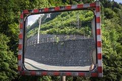 Ένας καθρέφτης κυκλοφορίας με την αντανάκλαση, αντανάκλαση Στοκ Εικόνες