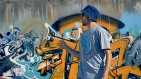 Ένας καλλιτέχνης γκράφιτι κάνει ταχυδακτυλουργίες ένα χρώμα μπορεί στο ένα να δώσει φιλμ μικρού μήκους
