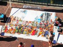Ένας καλλιτέχνης οδών που επισύρει την προσοχή στο μεγάλο κομμάτι χαρτί που σχεδιάζεται στο πάτωμα στο Σίδνεϊ, κυκλική υπερυψωμέν στοκ φωτογραφία