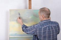 Ένας καλλιτέχνης που χρωματίζει στο στούντιο Στοκ Φωτογραφίες
