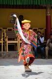 Ένας καλυμμένος χορευτής στο παραδοσιακό κοστούμι Ladakhi που αποδίδει κατά τη διάρκεια του ετήσιου φεστιβάλ Hemis Στοκ Φωτογραφία