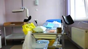 Ένας καναπές για την παράδοση στο θάλαμο του νοσοκομείου μητρότητας με τα ιατρικά όργανα απόθεμα βίντεο