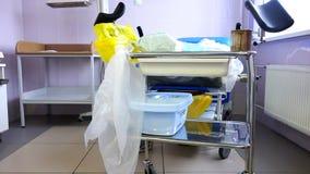 Ένας καναπές με τις ιατρικά προετοιμασίες και τα όργανα στο θάλαμο απόθεμα βίντεο