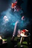 Ένας καπελάς με την κόκκινη τρίχα στις λέσχες καπνού Στοκ φωτογραφία με δικαίωμα ελεύθερης χρήσης