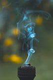 Ένας καπνίζοντας παλαιός λαμπτήρας κηροζίνης σε μια πράσινη χλόη Στοκ εικόνα με δικαίωμα ελεύθερης χρήσης