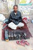 Ένας κατασκευαστής παπουτσιών στο Νέο Δελχί, Ινδία στοκ εικόνες