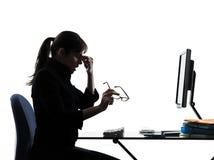 Ο πονοκέφαλος επιχειρησιακών γυναικών κούρασε τη σκιαγραφία στοκ φωτογραφία με δικαίωμα ελεύθερης χρήσης