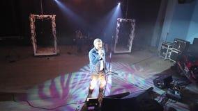 Ένας καυκάσιος τραγουδιστής που αποδίδει στη σκηνή συναυλία nightclub Όψη υψηλός φιλμ μικρού μήκους