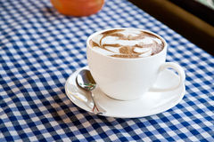 Ένας καφές Latte στο ύφασμα στοκ εικόνα