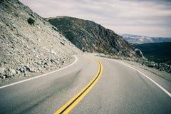 Ένας κενός δρόμος με πολλ'ες στροφές στην κοιλάδα θανάτου Στοκ Εικόνα
