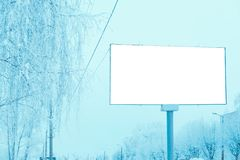 Ένας κενός πίνακας διαφημίσεων στην πόλη επάνω από το δρόμο στοκ εικόνα με δικαίωμα ελεύθερης χρήσης