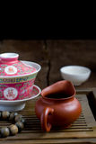 Ένας Κινέζος gaiwan με το τσάι σε έναν πίνακα τσαγιού Στοκ Εικόνα