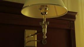 Ένας κλασικός λαμπτήρας με μια σκιά Γυρίζοντας το φως με διακοπές γωνιακό βαγόνι εμπορευμάτων καναπέδων καθιστικών γευμάτων εσωτε απόθεμα βίντεο