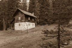 Ένας κλειστός παλαιός σταύλος στην πτώση μπροστά από ένα λιβάδι βουνών στοκ εικόνες