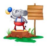Ένας κορμός με έναν ελέφαντα κοντά στην ξύλινη πινακίδα ελεύθερη απεικόνιση δικαιώματος