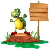 Ένας κορμός με μια χελώνα κοντά στην ξύλινη πινακίδα απεικόνιση αποθεμάτων