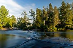 Ένας κυματισμός στη ροή ποταμών ` s στοκ φωτογραφία με δικαίωμα ελεύθερης χρήσης