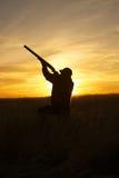 Κυνηγετικό όπλο πυροβολισμού κυνηγών στο ηλιοβασίλεμα Στοκ φωτογραφίες με δικαίωμα ελεύθερης χρήσης