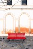 Ένας κόκκινος πάγκος σε ένα plaza της Βενετίας, Ιταλία Στοκ Εικόνα