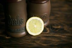 Ένας κύκλος του λεμονιού σε ένα καφετί υπόβαθρο με τις κούπες μπύρας Στοκ εικόνα με δικαίωμα ελεύθερης χρήσης