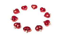 Ένας κύκλος των κόκκινων παιχνιδιών Χριστουγέννων με μορφή μιας καρδιάς στοκ φωτογραφία με δικαίωμα ελεύθερης χρήσης