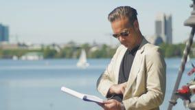 Ένας κύριος ανώτερος υπάλληλος αναλύει τα επιχειρησιακά αρχεία μετά από την εργασία φιλμ μικρού μήκους
